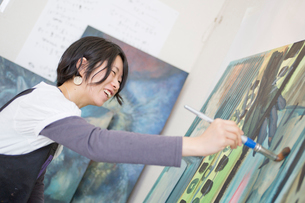 絵を描く女性の写真素材 [FYI02056561]