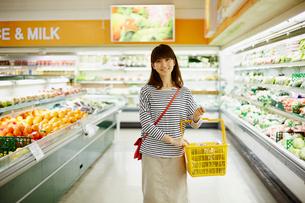 スーパーマーケットで買い物をする女性の写真素材 [FYI02056565]