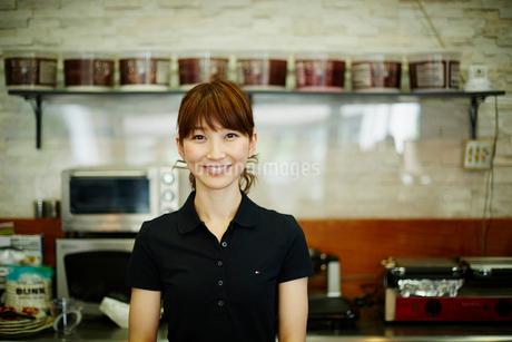 カフェで働く女性の写真素材 [FYI02056566]