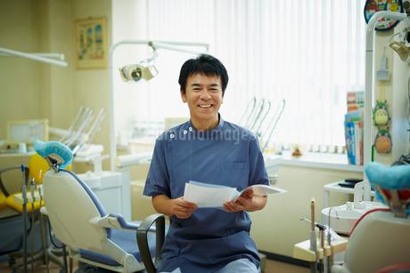 笑顔の歯科医師の写真素材 [FYI02056568]
