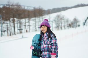 スノーボードを持つ女の子の写真素材 [FYI02056574]
