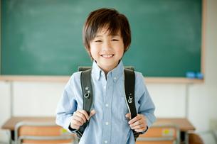 ランドセルを背負った小学生の男の子の写真素材 [FYI02056604]