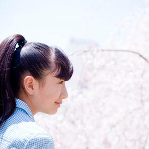 10代女性の横顔の写真素材 [FYI02056609]