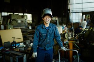 笑顔の工場作業員の写真素材 [FYI02056615]