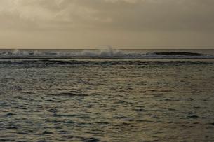 夕焼けの海の写真素材 [FYI02056617]