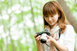 カメラを見る女性の写真素材 [FYI02056629]