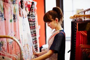 ショッピングをする女性の写真素材 [FYI02056647]