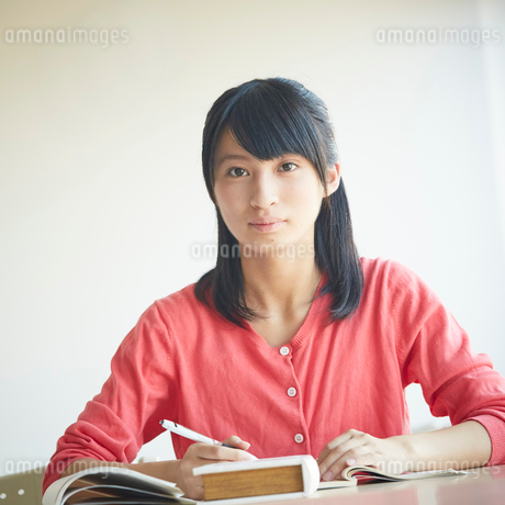 勉強する10代女性の写真素材 [FYI02056652]