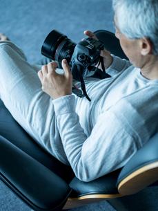 カメラを持つシニア男性の写真素材 [FYI02056653]
