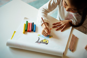 クレヨンでお絵描きをする女の子の手の写真素材 [FYI02056663]
