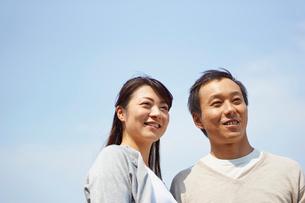 青空と夫婦の写真素材 [FYI02056664]