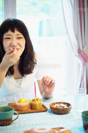 マフィンを食べる女性の写真素材 [FYI02056666]