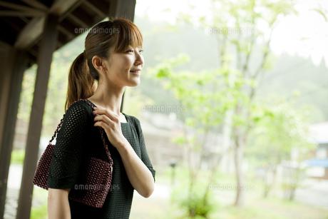 バッグを持った女性の写真素材 [FYI02056668]