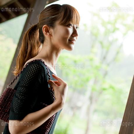 バッグを持った女性の写真素材 [FYI02056670]