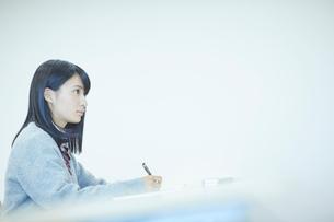勉強する女子学生の写真素材 [FYI02056673]