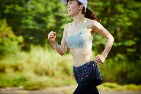 ランニングをする女性の写真素材 [FYI02056676]