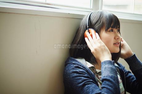 ヘッドフォンで音楽を聴く10代女性の写真素材 [FYI02056694]