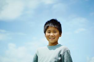 青空と笑顔の男の子の写真素材 [FYI02056718]