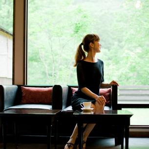 椅子に座る女性の写真素材 [FYI02056744]