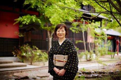 和服を着た笑顔の女将の写真素材 [FYI02056748]