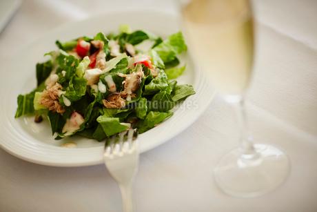 サラダとシャンパンの写真素材 [FYI02056763]