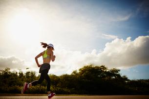 ランニングをする女性の写真素材 [FYI02056776]