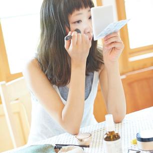 メイクをする若い女性の写真素材 [FYI02056815]