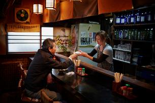 居酒屋の客と店員の写真素材 [FYI02056832]