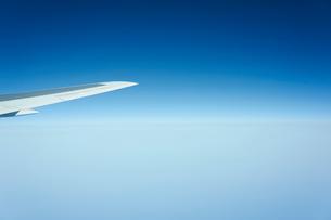 機内から見た飛行機の翼と青空の写真素材 [FYI02056844]