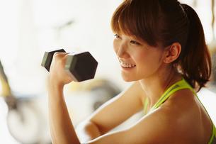 ダンベルでトレーニングをする女性の写真素材 [FYI02056848]