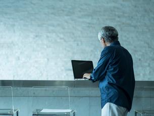 ノートパソコンを操作するシニア男性の写真素材 [FYI02056849]