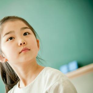 教室の小学生の女の子の写真素材 [FYI02056860]
