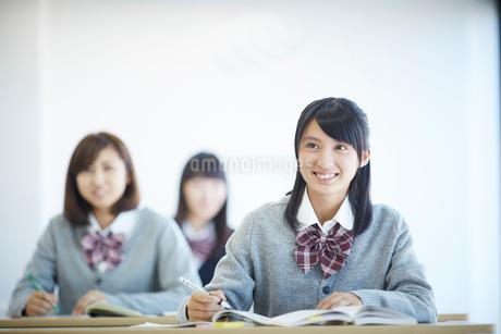 授業中の女子学生の写真素材 [FYI02056867]