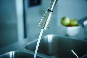 キッチンの蛇口から流れる水の写真素材 [FYI02056868]