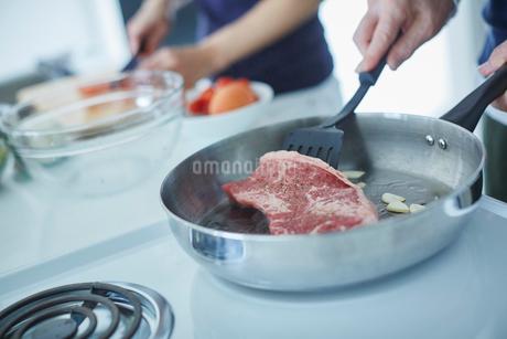 フライパンで焼くステーキの写真素材 [FYI02056870]