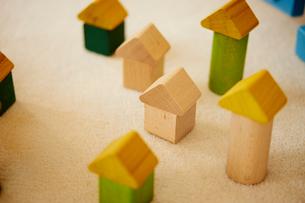 家の形をした積み木の写真素材 [FYI02056875]