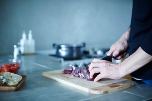 料理をするミドル男性の手元の写真素材 [FYI02056882]