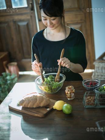 グリーンサラダを作る女性の写真素材 [FYI02056893]