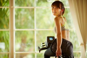 エアロバイクで運動する女性の写真素材 [FYI02056903]