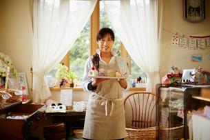 笑顔のケーキショップ店員の写真素材 [FYI02056910]