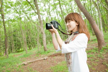 カメラを構える女性の写真素材 [FYI02056918]