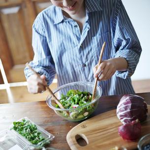 グリーンサラダを作る女性の写真素材 [FYI02056928]