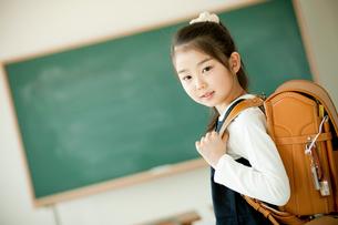 ランドセルを背負った小学生の女の子の写真素材 [FYI02056936]