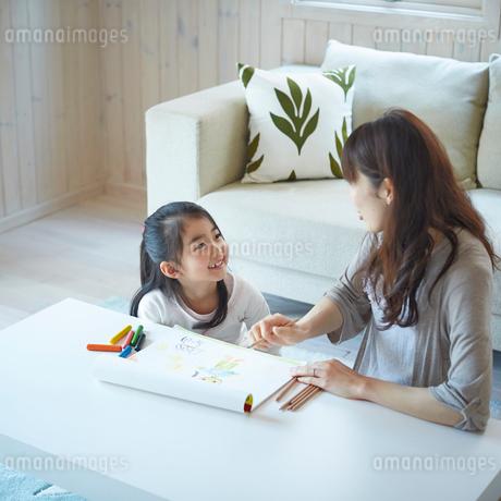 お絵描きをする女の子と母親の写真素材 [FYI02056965]
