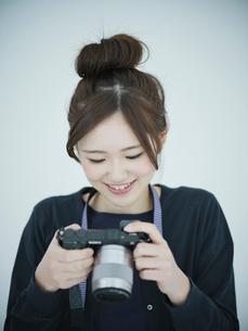 カメラを見る女性の写真素材 [FYI02056967]