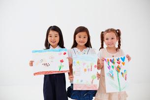絵を持つ3人の女の子の写真素材 [FYI02056968]