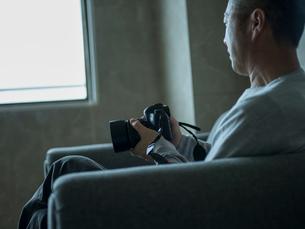 カメラを持つミドル男性の写真素材 [FYI02056984]