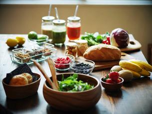 テーブルの上の朝食の写真素材 [FYI02056985]