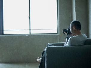 カメラを構えるミドル男性の写真素材 [FYI02056997]