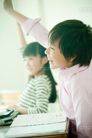 教室で挙手する小学生の男の子と女の子の写真素材 [FYI02056999]